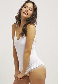 Hanro - SEAMLESS SPAGHETTI - Undershirt - white - 1