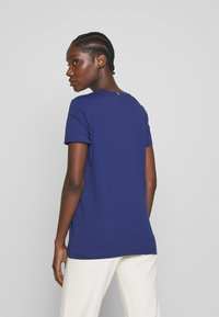 Tommy Hilfiger - CREW NECK GRAPHIC TEE - T-shirts med print - blue ink - 2