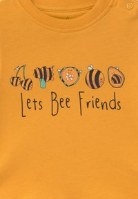 Lucy & Sam - TEE LET'S BEE FRIENDS BABY - T-shirt con stampa - mustard - 3