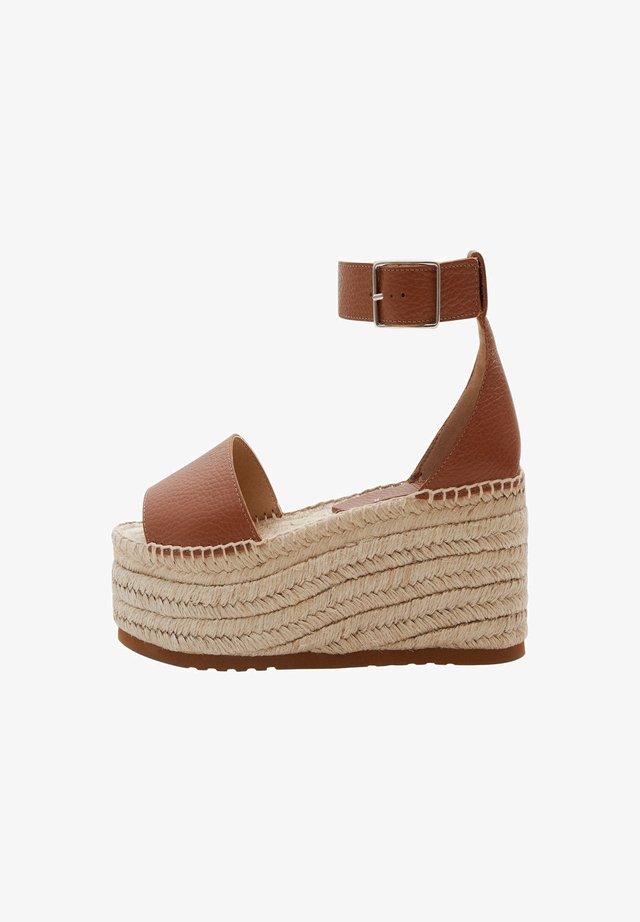 ALESSANDRA - Sandalen met sleehak - braun