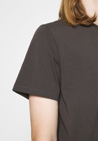 Filippa K - TEE - Basic T-shirt - dark mole