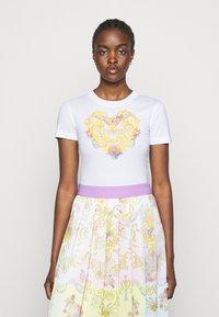 Versace Jeans Couture - TEE - Triko spotiskem - optical white - 0