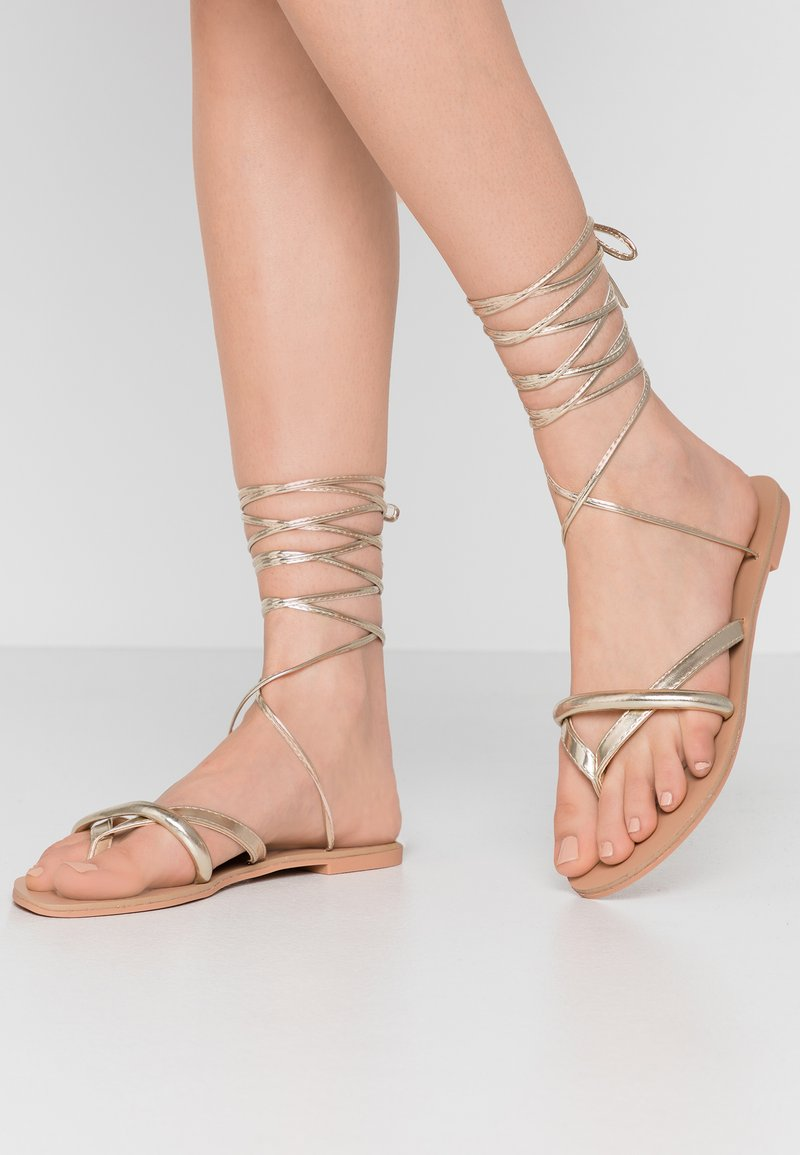 BEBO - BARE - Sandály s odděleným palcem - gold