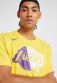 Nike Performance - NBA LA LAKERS SPLIT LOGO TEE - Print T-shirt - amarillo - 3