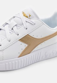 Diadora - GAME STEP UNISEX - Sports shoes - white/gold - 5