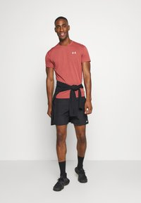 Under Armour - STREAKER SHORTSLEEVE - Camiseta estampada - cinna red - 1