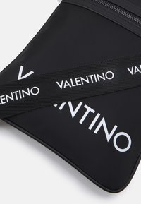 Valentino Bags - KYLO CROSSBODY UNISEX - Taška spříčným popruhem - nero - 3
