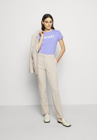 HUGO - THE SLIM TEE - Print T-shirt - pastel purple - 1