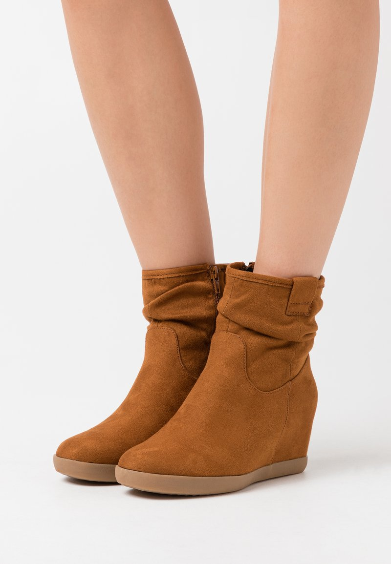 Anna Field - HAWAI - Wedge Ankle Boots - cognac