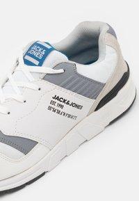 Jack & Jones - JFWATTAK - Sneakers - white - 5