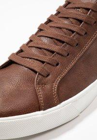 Zalando Essentials - Sneakersy niskie - brown - 5