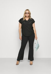 ONLY Carmakoma - CARCARLY IN ONE V NECK - Print T-shirt - black - 1