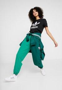 adidas Originals - TREFOIL TEE - T-shirt z nadrukiem - black/white - 1