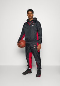 Nike Performance - NBA CHICAGO BULLS CITY EDITION TRACKSUIT SET - Equipación de clubes - anthracite/university red - 1