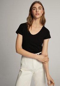 Massimo Dutti - Basic T-shirt - black - 10