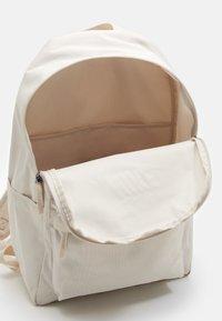 Nike Sportswear - HERITAGE UNISEX - Mochila - light orewood/light orewood/white - 2