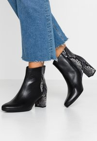 Peter Kaiser Wide Fit - WIDE FIT BABSI - Ankle boots - schwarz glove/carbon - 0