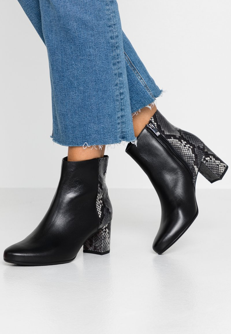 Peter Kaiser Wide Fit - WIDE FIT BABSI - Ankle boots - schwarz glove/carbon