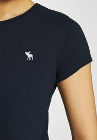 Abercrombie & Fitch - CREW HOLIDAY 3 PACK - Basic T-shirt - white/red/navy blue - 8