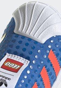 adidas Originals - ADIDAS ORIGINALS ADIDAS X LEGO - SUPERSTAR 360 - Baskets basses - blue/orange/yellow - 9
