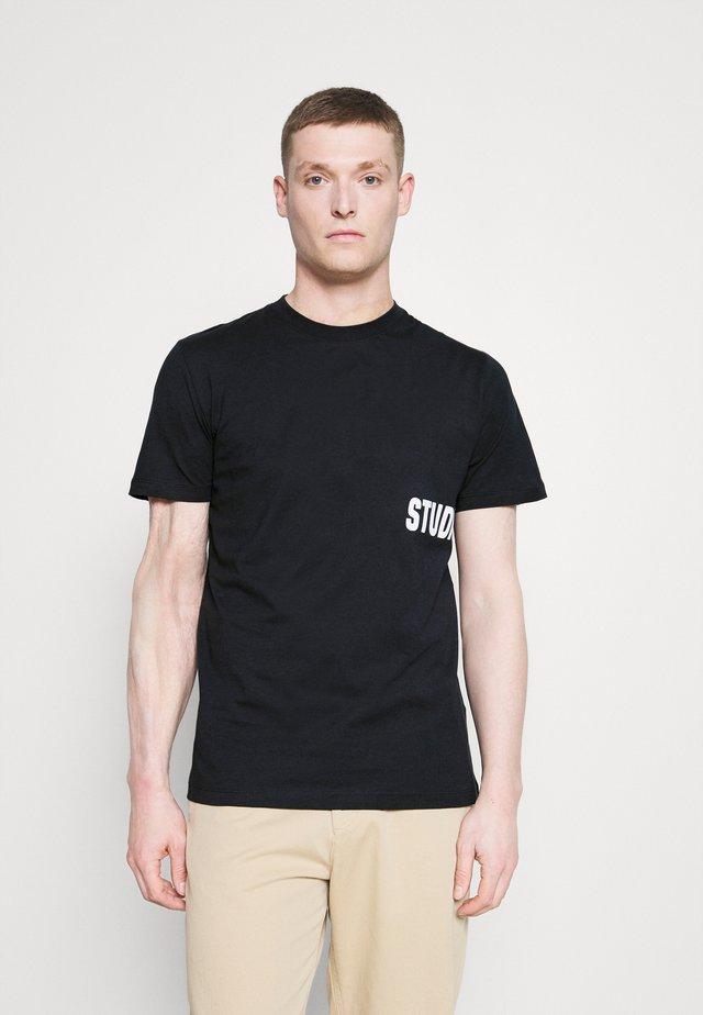 SLHDRILL ONECK TEE  - T-shirt z nadrukiem - sky captain