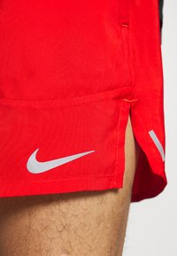 Nike Performance - STRIDE  - Pantalón corto de deporte - chile red/reflective silver - 6