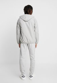adidas Originals - OUTLINE WINDBREAKER JACKET - Kevyt takki - solid grey - 2
