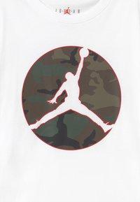 Jordan - JUMPMAN CAMO TEE - T-shirt print - white - 2