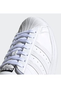 adidas Originals - 2020-04-02 SUPERSTAR SHOES - Trainers - white - 5