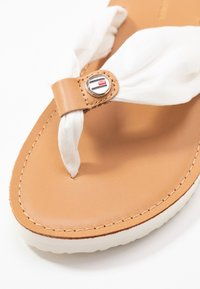 Tommy Hilfiger - LEATHER FOOTBED BEACH SANDAL - Sandaler m/ tåsplit - ivory - 2