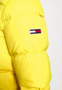 Tommy Jeans - TJM ESSENTIAL DOWN JACKET - Down jacket - valley yellow - 6
