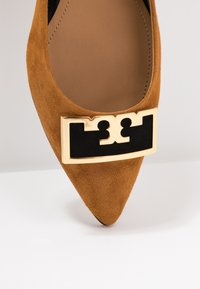 Tory Burch - GIGI POINTY TOE FLAT - Baleríny - dark tiramisu/perfect black - 2