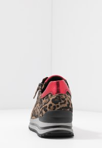 Gabor - WIDE FIT - Trainers - savanne/rosso - 5