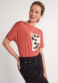 comma casual identity - Print T-shirt - tabasco sunglasses print - 3