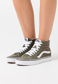 Vans - SK8-HI - Chaussures de skate - grape leaf/true white - 0