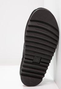 Dr. Martens - VOSS - Sandalen met plateauzool - black - 5