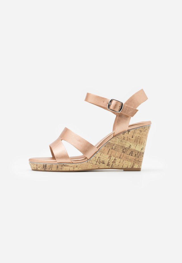 WIDE FIT POSSUM WEDGE - Sandales à talons hauts - rose gold