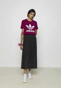 adidas Originals - TREFOIL TEE - T-shirt med print - power berry/white - 1
