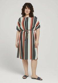 MY TRUE ME TOM TAILOR - DRESS KEYHOLE NECKLINE BELTED - Day dress - multicolor sahara - 0