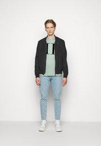 Les Deux - ENCORE  - Print T-shirt - iceberg green/navy blue - 1