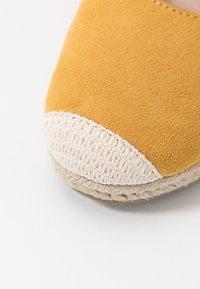 co wren wide fit - Sandales compensées - mustard - 2
