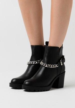 ONLBARBARA HEELED CHAIN - Kotníková obuv - black