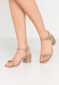 Nly by Nelly - SQUARE BLOCK HEEL  - Sandaler - nougat - 0