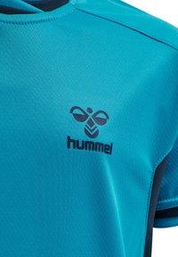 Hummel - HMLACTION POLY JERSEY S/S KIDS - Print T-shirt - atomic blue/black iris - 8