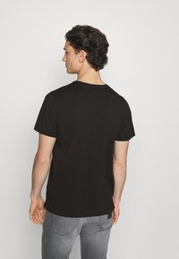 Tommy Jeans - CONTRAST POCKET TEE - T-shirt con stampa - black - 2