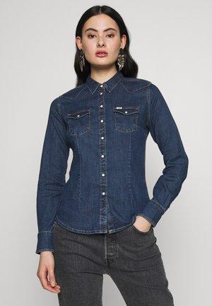 SLIM WESTERN SHIRT - Button-down blouse - mid indigo