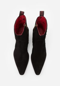 Jeffery West - SIXX ACE OF SPADES - Classic ankle boots - black/college red - 3