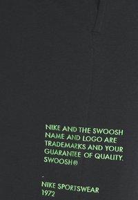 Nike Sportswear - PANT - Spodnie treningowe - black/green - 2