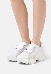 Emporio Armani - Sneakers laag - white/silver - 0
