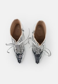 BEBO - SAVIOUR - Kotníková obuv na vysokém podpatku - silver - 5